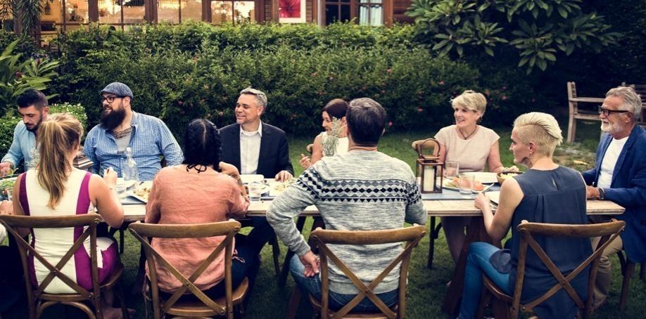 groupe de personne mangeant à l'extérieur pour un cours de cuisine
